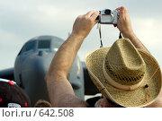 Купить «Фотограф любитель снимает самолет», эксклюзивное фото № 642508, снято 25 августа 2007 г. (c) Алексей Бок / Фотобанк Лори
