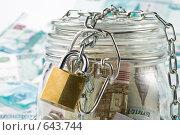 Купить «Деньги в банке под замком на фоне банкнот достоинством тысяча рублей», фото № 643744, снято 12 декабря 2008 г. (c) Мельников Дмитрий / Фотобанк Лори