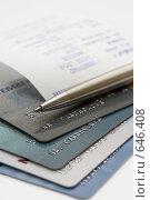 Купить «Стопка кредитных карт с авторучкой и квитанцией», фото № 646408, снято 21 декабря 2008 г. (c) Алексей Кузнецов / Фотобанк Лори