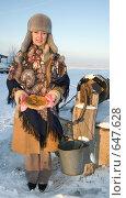 Купить «Девушка с блинами на фоне колодца», фото № 647628, снято 7 января 2009 г. (c) Тимур Ахмадулин / Фотобанк Лори