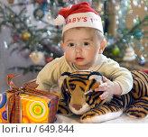 Купить «Малыш с подарками  у новогодней елки», фото № 649844, снято 10 января 2009 г. (c) Юлия Кузнецова / Фотобанк Лори