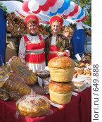 Купить «Праздник работников сельского хозяйства в Саратове: хлебный прилавок», фото № 649888, снято 14 сентября 2004 г. (c) 1Andrey Милкин / Фотобанк Лори