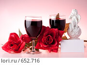 Купить «Два бокала вина, роза и статуэтка на розовом фоне», фото № 652716, снято 15 июня 2008 г. (c) Мельников Дмитрий / Фотобанк Лори