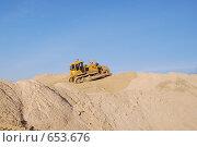 Купить «Бульдозер Б-10 на горе песка», фото № 653676, снято 11 ноября 2008 г. (c) Игорь Гришаев / Фотобанк Лори