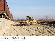 Купить «Погрузчик Hyundai везет ковш песка на фоне полувагонов», фото № 653684, снято 11 ноября 2008 г. (c) Игорь Гришаев / Фотобанк Лори