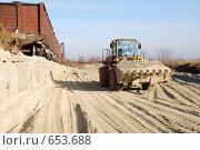 Купить «Погрузчик Hyundai везет ковш песка на фоне полувагонов», фото № 653688, снято 11 ноября 2008 г. (c) Игорь Гришаев / Фотобанк Лори