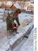 Купить «Мужик пилит дрова», фото № 653696, снято 4 января 2009 г. (c) евгений блинов / Фотобанк Лори