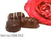 Купить «Шоколад и роза», фото № 656912, снято 14 января 2009 г. (c) Наталья Герасимова / Фотобанк Лори
