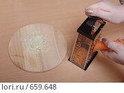 Мелко резаный лук и процесс натирания моркови на терке. Стоковое фото, фотограф Андрей Доронченко / Фотобанк Лори