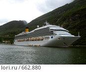 Корабль во фьорде (2007 год). Редакционное фото, фотограф Murat Valiev / Фотобанк Лори