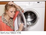 Купить «Грустная хозяйка у стиральной машины», эксклюзивное фото № 663116, снято 18 января 2009 г. (c) Дмитрий Неумоин / Фотобанк Лори