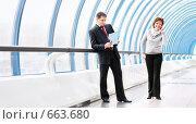 Купить «Два деловых человека обсуждают последние новости», фото № 663680, снято 15 ноября 2008 г. (c) Евгений Захаров / Фотобанк Лори