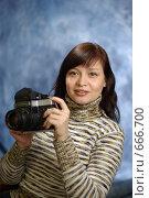 Купить «Портрет с фотоаппаратом», фото № 666700, снято 10 января 2009 г. (c) Дмитрий Тарасов / Фотобанк Лори