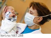 Медик с новорождённым ребёнком, эксклюзивное фото № 667288, снято 31 августа 2006 г. (c) Дмитрий Нейман / Фотобанк Лори