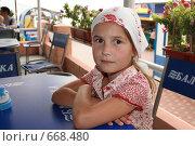 Девочка в летнем кафе (2008 год). Редакционное фото, фотограф Владимир Цветов / Фотобанк Лори