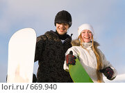 Купить «Молодые парень и девушка со сноубордами улыбаются», фото № 669940, снято 6 января 2009 г. (c) Юрий Шаньшин / Фотобанк Лори