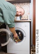 Купить «Мужчина и стиральная машина», фото № 670468, снято 23 января 2009 г. (c) паша семенов / Фотобанк Лори