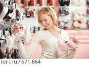 Купить «Девушка в магазине нижнего белья», фото № 671664, снято 2 октября 2008 г. (c) Raev Denis / Фотобанк Лори