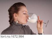 Девушка пьет кефир. Стоковое фото, фотограф Сапожников Георгий Борисович / Фотобанк Лори