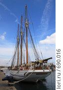 Купить «Яхта в порту Барселоны», фото № 690016, снято 17 сентября 2008 г. (c) АЛЕКСАНДР МИХЕИЧЕВ / Фотобанк Лори