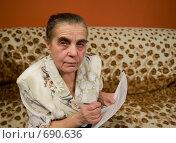 Купить «Пенсионерка с документами в руках», фото № 690636, снято 12 января 2009 г. (c) Куликова Татьяна / Фотобанк Лори