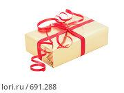 Купить «Подарок в золотистой упаковке с красной лентой, изолировано», фото № 691288, снято 7 февраля 2009 г. (c) Архипова Мария / Фотобанк Лори