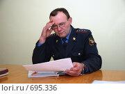 Купить «Милиционер работает с документами», фото № 695336, снято 7 февраля 2009 г. (c) fotobelstar / Фотобанк Лори