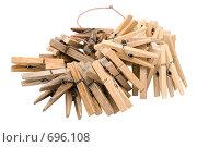 Купить «Старые и новые деревянные прищепки для белья нанизанные на шнурок», фото № 696108, снято 1 января 2009 г. (c) Александр Подшивалов / Фотобанк Лори