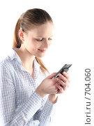 Купить «Девушка набирает sms на мобильном телефоне», фото № 704060, снято 24 января 2009 г. (c) Наталья Белотелова / Фотобанк Лори