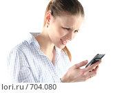 Купить «Девушка набирает sms на мобильном телефоне», фото № 704080, снято 24 января 2009 г. (c) Наталья Белотелова / Фотобанк Лори