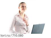 Купить «Рассеянная девушка в очках с ноутбуком за работой», фото № 710080, снято 24 января 2009 г. (c) Наталья Белотелова / Фотобанк Лори