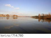 Купить «Деревня на берегу озера», фото № 714780, снято 27 октября 2008 г. (c) Сергей Лысенков / Фотобанк Лори