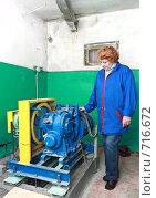 Купить «Женщина -лифтер осматривает двигатель», фото № 716672, снято 12 февраля 2009 г. (c) Vitas / Фотобанк Лори