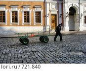 Купить «Рабочий катит тележку по Красной площади», эксклюзивное фото № 721840, снято 24 февраля 2009 г. (c) lana1501 / Фотобанк Лори