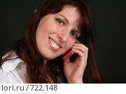 Купить «Девушка разговаривает по телефону с довольным выражением лица», фото № 722148, снято 7 февраля 2009 г. (c) Наталья Белотелова / Фотобанк Лори