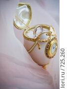 Купить «Свадебные кольца из белого золота в футляре в виде яйца Фаберже с часами», фото № 725260, снято 26 января 2008 г. (c) Фадеева Марина / Фотобанк Лори