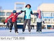 Купить «Семья на катке», фото № 726808, снято 22 февраля 2009 г. (c) Баевский Дмитрий / Фотобанк Лори