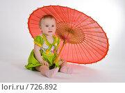 Маленькая девочка под китайским зонтиком. Стоковое фото, фотограф Дима Неупокоев / Фотобанк Лори