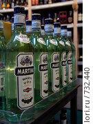 Бутылки martini bianco выставленные в магазине (2006 год). Редакционное фото, фотограф Светлана Архи / Фотобанк Лори