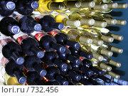 Бутылки красного и белого вина. Стоковое фото, фотограф Светлана Архи / Фотобанк Лори