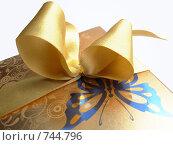 Подарок в золотой коробке с золотой лентой. Стоковое фото, фотограф Алексеевская Виктория / Фотобанк Лори