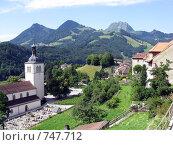 Купить «Альпийская деревушка Грюйер - родина швейцарского сыра. На заднем плане - Альпы», фото № 747712, снято 25 июля 2008 г. (c) Светлана Кудрина / Фотобанк Лори