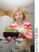 Женщина с рассадой. Стоковое фото, фотограф Ирина Золина / Фотобанк Лори