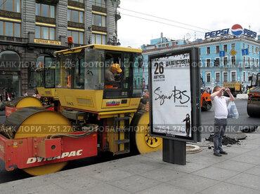 Купить «Укладка асфальта на Невском проспекте в Санкт-Петербурге», фото № 751276, снято 13 июля 2008 г. (c) Светлана Кудрина / Фотобанк Лори