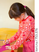 Купить «Девочка рисует», фото № 753376, снято 31 января 2009 г. (c) Ольга Полякова / Фотобанк Лори