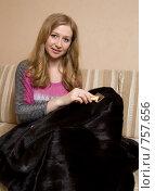 Купить «Женщина ухаживает за норковой шубой», фото № 757656, снято 16 марта 2009 г. (c) Тимур Ахмадулин / Фотобанк Лори