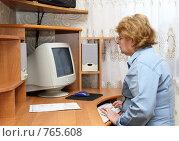 Купить «Пожилая женщина сидит за столом с компьютером», фото № 765608, снято 13 февраля 2009 г. (c) Vitas / Фотобанк Лори