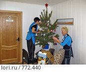 Купить «Украшение елки», фото № 772440, снято 24 декабря 2008 г. (c) Геннадий Соловьев / Фотобанк Лори