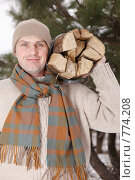 Купить «Мужчина несет дрова», фото № 774208, снято 21 мая 2019 г. (c) Stockphoto / Фотобанк Лори