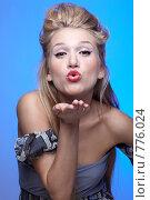 Девушка посылает воздушный поцелуй. Стоковое фото, фотограф Serg Zastavkin / Фотобанк Лори